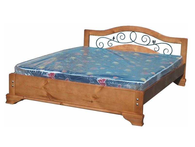 Кровать из массива с ковкой в изголовье.